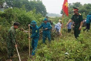 Quảng Trị: Hàng trăm cán bộ, chiến sĩ ra quân vệ sinh môi trường, xây dựng nông thôn mới