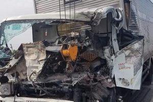 TP.HCM: Xe tải húc đuôi xe cẩu, 2 tài xế tử vong tại chỗ