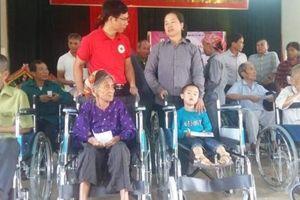 Trao quà và xe lăn cho 42 người khuyết tật