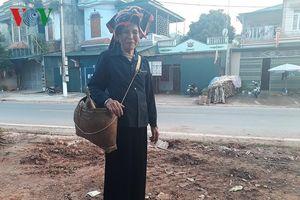 Ếp đeo gắn liền với hình ảnh phụ nữ Thái Tây Bắc