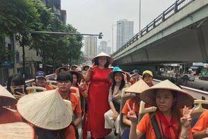 Hơn 40 học sinh khiếm thính hào hứng trải nghiệm xe buýt 2 tầng quanh Hà Nội