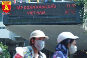 Nắng nóng 41 độ C, khách du lịch ở Hà Nội phải cầm quạt khi đi dạo