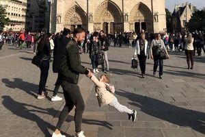 Tìm ra 2 cha con vui đùa trước Nhà thờ Đức Bà Paris trong ảnh gây sốt