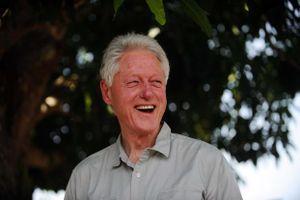 Nhà báo BBC bắt gặp cựu tổng thống Bill Clinton đọc Kama Sutra