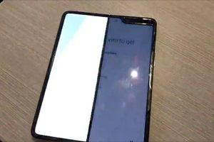 Điện thoại gập Galaxy Fold gần 2.000 USD dính lỗi màn hình sau vài ngày sử dụng