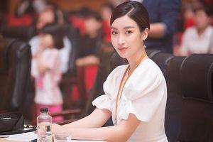 Hoa hậu Mỹ Linh giản dị khi làm giám khảo cuộc thi sắc đẹp cho người khuyết tật