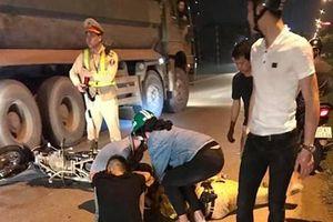 Cảnh sát giao thông bị xe máy tông gục khi đang làm nhiệm vụ