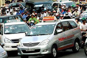Hiệp hội taxi và Grab lại 'đại chiến' chuyện 'đeo mào'