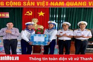 Thăm, tặng quà cán bộ, chiến sỹ đảo Đá Thị và đảo Nam Yết
