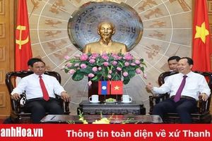 Đồng chí Bí thư Tỉnh ủy, Chủ tịch HĐND tỉnh Trịnh Văn Chiến tiếp xã giao Đoàn đại biểu HĐND tỉnh Hủa Phăn