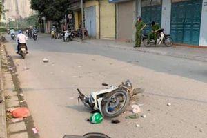 Tai nạn 2 xe máy, người bộ hành nhập viện cấp cứu ở Hà Nội