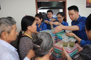 200 suất cơm của Thanh niên VUFO đến với bệnh nhân Viện Huyết học - Truyền máu TƯ