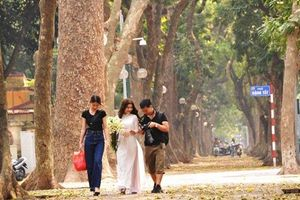 Các cô gái Hà Thành tíu tít đi chụp ảnh trên con phố lá vàng rụng Phan Đình Phùng