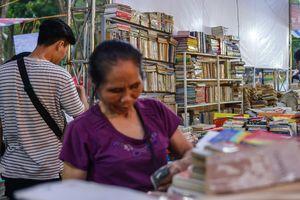 Bà 60 tuổi lang thang trưa nắng hơn 40 độ C tìm sách cho cháu
