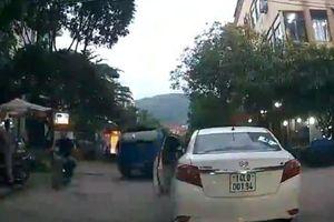 Cô gái dừng xe giữa ngã ba đường để vào mua trà sữa