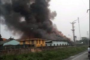 Cháy lớn tại kho hàng công ty dược ở Long Biên