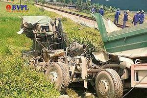 Tàu hỏa Bắc Nam lại đấu đầu xe tải, lái xe chết thảm