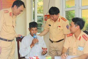 CSGT Hà Nam giúp người đàn ông bị lạc về với gia đình