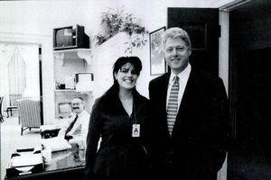 Nhà báo kể lại lần bắt gặp cựu Tổng thống Bill Clinton đọc sách về tình dục