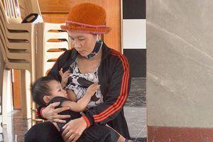 Mất mẹ do TNGT, bé trai 8 tháng tuổi khóc ngặt vì khát sữa