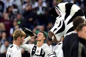 Ronaldo thoải mái tu rượu khi Juve vô địch Serie A sớm 5 vòng