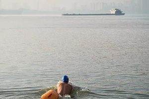 CEO Trung Quốc bơi vượt sông đi làm suốt 11 năm