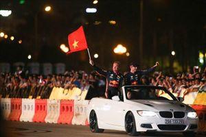 Hàng nghìn khán giả phấn khích chứng kiến F1 biểu diễn ở Hà Nội