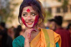 Thiếu nữ Ấn Độ ở lễ hội Mùa Xuân khiến CĐM chao đảo vì quá xinh