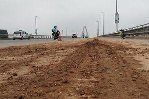 Cần sớm chấm dứt nạn bùn đất rơi vãi trên cầu Nhật Tân