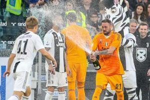 Dàn sao Juventus ăn mừng chức vô địch trong phòng thay đồ