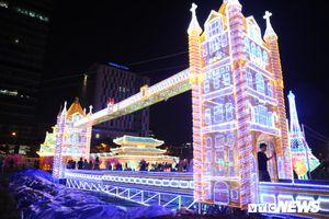 Người dân ùn ùn kéo đến tham dự Lễ hội ánh sáng lần đầu xuất hiện tại TP.HCM