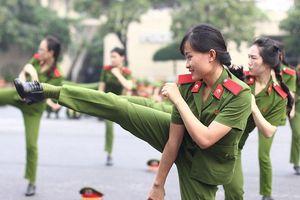 Nữ sinh cảnh sát xinh đẹp biểu diễn võ thuật đẹp mắt