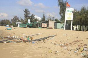 Ngán ngẩm với bãi biển Ninh Chữ ngập rác