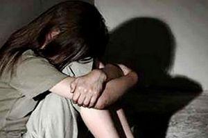 Khởi tố thiếu niên 16 tuổi rủ 2 bé gái chơi đánh bài rồi hiếp dâm