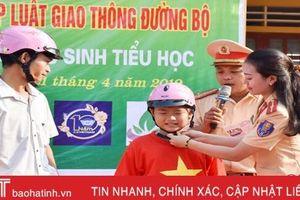 Trao 310 mũ bao hiểm, 20 xe đạp cho học sinh Cẩm Sơn