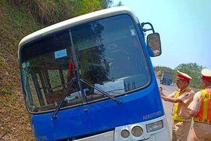 Điện Biên: Xe khách mất phanh, đâm vào ta-luy dương trên đèo Pha Đin