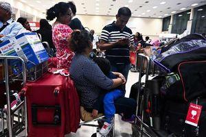 Du khách chen nhau rời Sri Lanka sau loạt vụ đánh bom làm gần 300 người chết