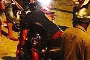 Người đàn ông bị đâm, tử vong trên xe gắn máy