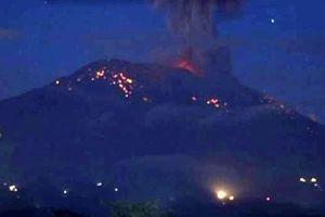 Núi lửa Agung tiếp tục phun trào, người dân Bali sơ tán