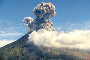 Clip: Núi lửa ở Bali phun trào, hàng nghìn du khách nguy cơ mắc kẹt