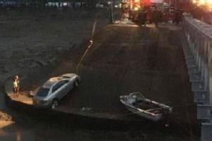Tai nạn hy hữu: Say rượu, tài xế đi nhầm đường rồi lùi xe xuống sông