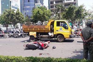 Đâm vào đuôi ô tô dọn vệ sinh, người phụ nữ bị thương nặng