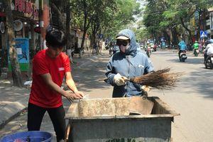 Người dân 'vật vã' mưu sinh dưới nắng nóng gay gắt đầu hè Hà Nội