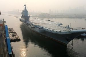 Cận cảnh tàu sân bay Trung Quốc rẽ sóng, triển khai máy bay 'rầm rập'