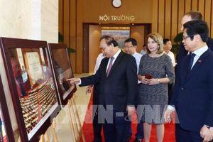 Thủ tướng Nguyễn Xuân Phúc tham quan trưng bày ảnh của TTXVN về hội nhập quốc tế