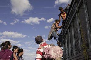 Khủng hoảng ở biên giới: Người di cư chờ đợi vào Mỹ trong vô vọng
