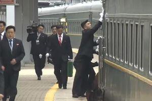 Dàn vệ sĩ của ông Kim chạy vào ga ở Nga để lau cửa tàu