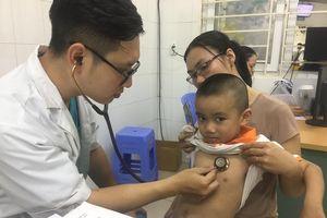 Miền Trung: Hàng ngàn trẻ em nhập viện mỗi ngày vì nắng nóng