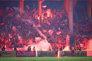 CLB Hà Nội sẽ phải thi đấu trên sân không có khán giả vì CĐV Hải Phòng đốt pháo sáng