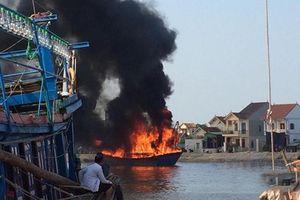 Tàu cá Nghệ An bốc cháy khi đang neo tại cảng